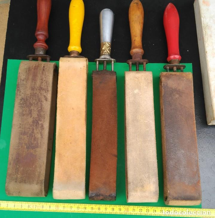 Antigüedades: SUAVIZADOR, ASENTADOR o AFILADOR de cuero para navajas de afeitar, barbero - Foto 2 - 173868580