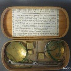 Antigüedades: BALANZA Y PONDERALES PARA EL PESO DE MONEDA BALTASAR FARRIOLS 1834. Lote 207077387