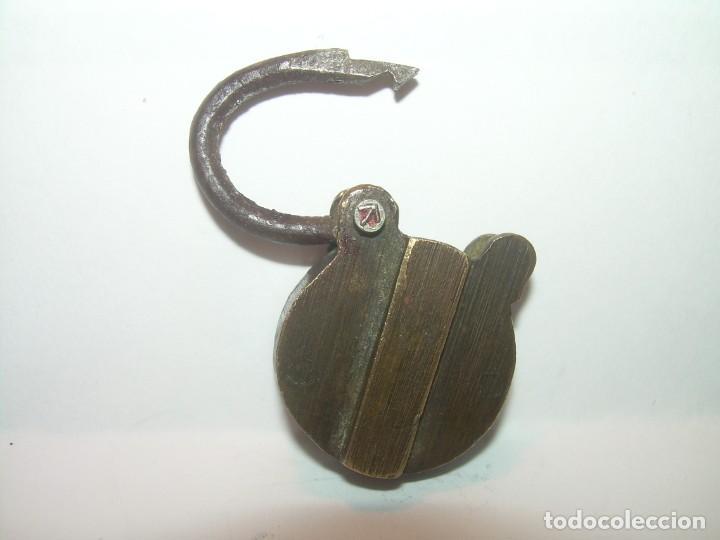 Antigüedades: PEQUEÑO CANDADO DE BRONCE Y ACERO CON APERTURA SECRETA.SE ABRE SIN LLAVE. - Foto 3 - 207086675