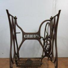 Antigüedades: ANTIGUO PIE DE MAQUINA DE COSER - MARCA WERTHEIM - HIERRO. Lote 207118907