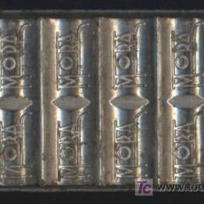 Antiquités: MOLDE METÁLICO PARA HACER TABLETAS DE CHOCOLATES, CHOCOLATE MORA. BARCELONA, AÑOS 50.. Lote 207178905