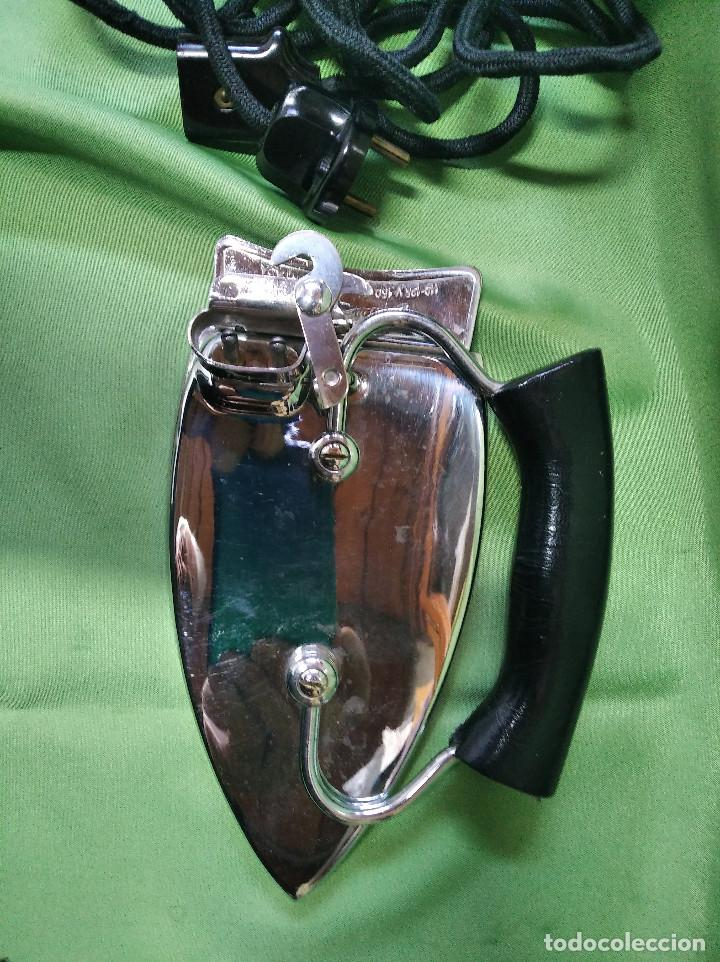 Antigüedades: Plancha de viaje muy rara , perfecta funcionando ,el asa se dobla para meterla en su bolsa PATENTADA - Foto 2 - 207239766