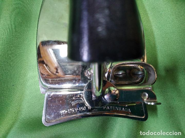 Antigüedades: Plancha de viaje muy rara , perfecta funcionando ,el asa se dobla para meterla en su bolsa PATENTADA - Foto 4 - 207239766