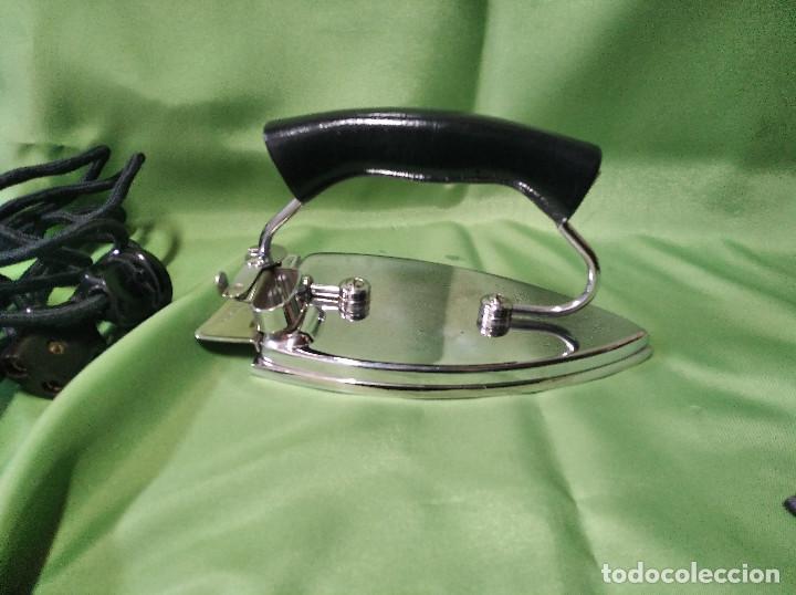 Antigüedades: Plancha de viaje muy rara , perfecta funcionando ,el asa se dobla para meterla en su bolsa PATENTADA - Foto 5 - 207239766