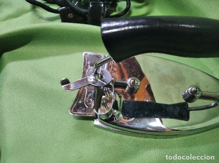 Antigüedades: Plancha de viaje muy rara , perfecta funcionando ,el asa se dobla para meterla en su bolsa PATENTADA - Foto 11 - 207239766