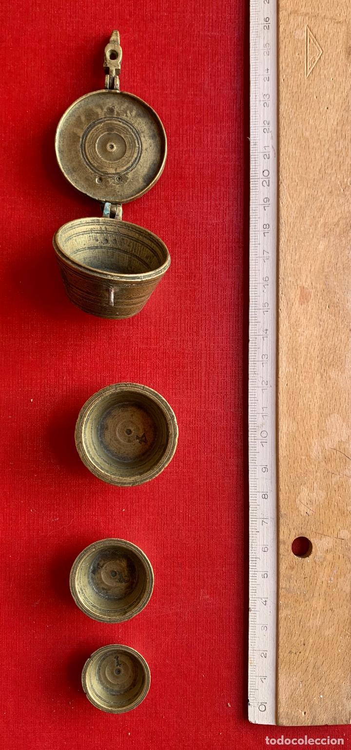 ANTIGUO PONDERAL DE VASO DE BRONCE Y BALANZA POCKET DE 25 KILOS . (Antigüedades - Técnicas - Medidas de Peso - Ponderales Antiguos)
