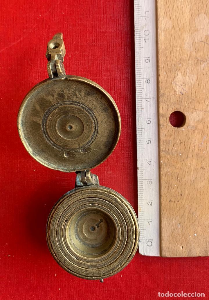 Antigüedades: ANTIGUO PONDERAL DE VASO DE BRONCE Y BALANZA POCKET DE 25 KILOS . - Foto 3 - 207339518