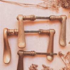 Antigüedades: MANILLAS ANTIGUAS CLÁSICAS DE BRONCE (1 PAREJA) ANTIQUE UNIQUE. Lote 207349283
