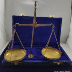 Antigüedades: BONITA BASCULA ANTIGUA CON ESTUCHE, INCOMPLETA FALTAN ALGUNAS PESAS. Lote 207650650