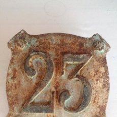Antigüedades: PLACA NÚMERO CASA, CALLE, HIERRO FUNDIDO. MODELO REUS. Lote 208108622