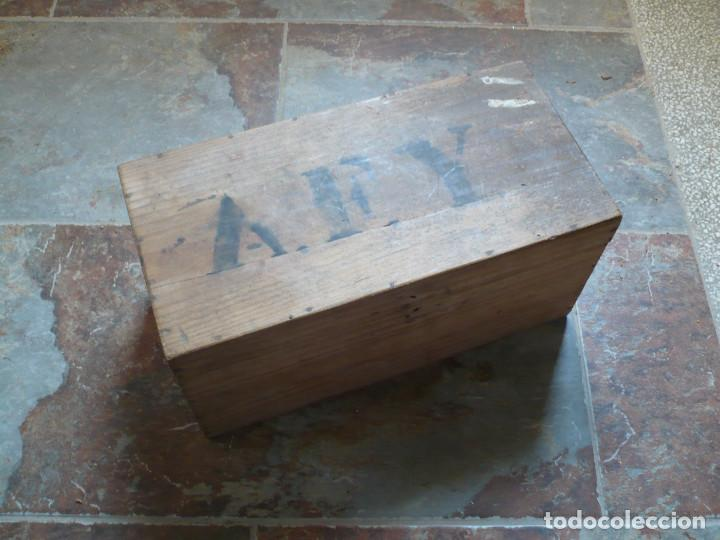 Antigüedades: Caja de Herramientas con cepillo, llave inglesa y otras herramientas, años 1940 - Foto 2 - 208122222