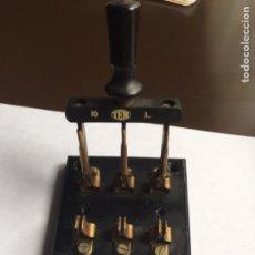 Antigüedades: INTERRUPTOR DE PALANCA TEM 10 AMPERIOS BASE PIZARRA MEDIDAS 8,5 CM X 8,5 CM X 1,5 CM. Lote 208169203