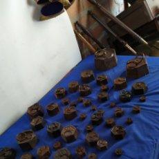 Antiguidades: IMPRESIONANTE LOTE DE MÁS DE 50 PESAS OCTAGONALES DIFERENTES MEDIDAS. Lote 208209660
