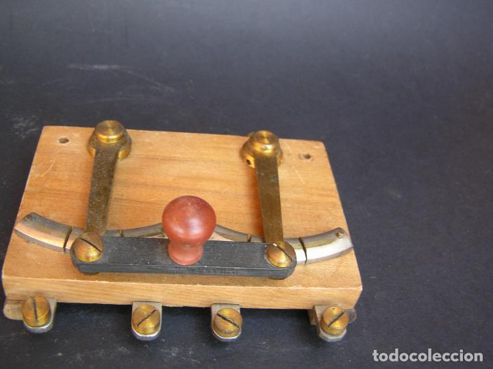 Antigüedades: INTERRUPTOR CONMUTADOR de LABORATORIO (I) .Circa 1900. 108 mm x 68 mm x 20 mm. - Foto 6 - 208293617