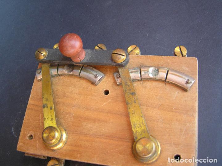 Antigüedades: INTERRUPTOR CONMUTADOR de LABORATORIO (I) .Circa 1900. 108 mm x 68 mm x 20 mm. - Foto 11 - 208293617