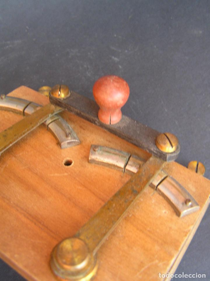 Antigüedades: INTERRUPTOR CONMUTADOR de LABORATORIO (I) .Circa 1900. 108 mm x 68 mm x 20 mm. - Foto 12 - 208293617