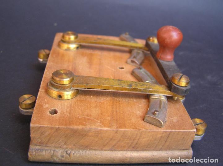 Antigüedades: INTERRUPTOR CONMUTADOR de LABORATORIO (I) .Circa 1900. 108 mm x 68 mm x 20 mm. - Foto 16 - 208293617