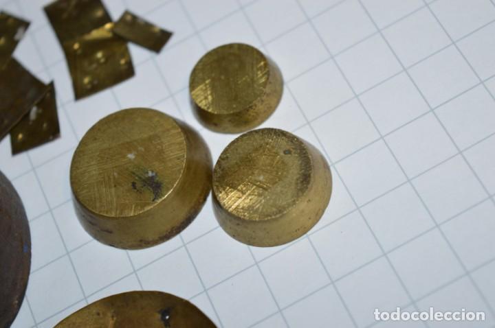 Antigüedades: ANTIGUA BALANZA / PESO en MINIATURA - EN METAL - UNA JOYA - PRECIOSA - ¡Mira fotos y detalles! - Foto 11 - 208396302