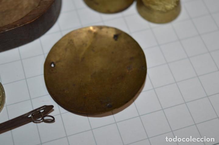 Antigüedades: ANTIGUA BALANZA / PESO en MINIATURA - EN METAL - UNA JOYA - PRECIOSA - ¡Mira fotos y detalles! - Foto 12 - 208396302