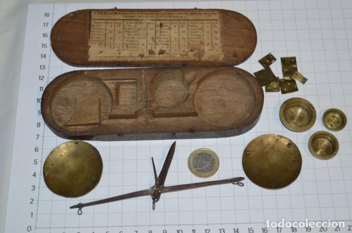 ANTIGUA BALANZA / PESO EN MINIATURA - EN METAL - UNA JOYA - PRECIOSA - ¡MIRA FOTOS Y DETALLES! (Antigüedades - Técnicas - Medidas de Peso - Balanzas Antiguas)