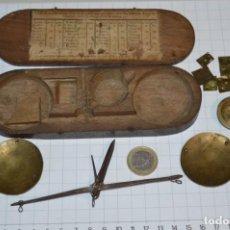 Antigüedades: ANTIGUA BALANZA / PESO EN MINIATURA - EN METAL - UNA JOYA - PRECIOSA - ¡MIRA FOTOS Y DETALLES!. Lote 208396302