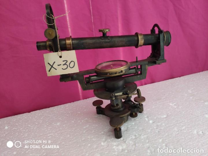 TEODOLITO EN BRONCE CON BRÚJULA CENTRAL PRINCIPIOS SIGLO XX - XXX 030 (Antigüedades - Técnicas - Otros Instrumentos Ópticos Antiguos)