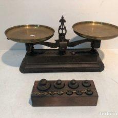 Antigüedades: BALANZA PEQUEÑA DE HIERRO COLADO Y LATON ANTIGUA.. Lote 208717505