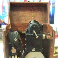 Antigüedades: PROYECTOR DE CINE PATHE BABY BREVETE CON CAJA ORIGINAL Y 7 PELICULAS 1926 1933. Lote 208748612