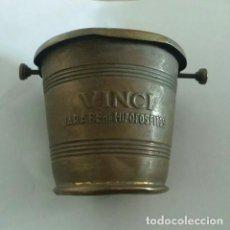 Antigüedades: CURIOSO TARRO ANTIGUO DE LATÓN DE JARABE DE HIPOFOSFITOS Y SUERO VITAL VINCI. AÑOS 20. Lote 208901125