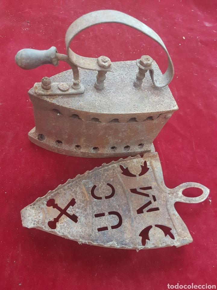 ANTIGUA PLANCHA DE CARBON Y SOPORTE (Antigüedades - Técnicas - Planchas Antiguas - Carbón)