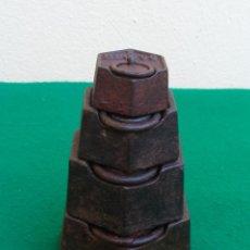 Antigüedades: ANTIGUO JUEGO DE 4 PESAS PARA BALANZA, FORMA HEXAGONAL. DE 2 KIILOS A 200 GR.. Lote 209276051