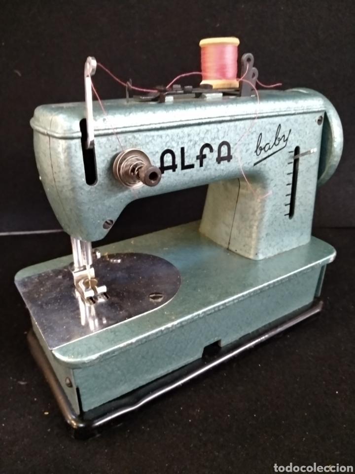 Antigüedades: Maquina de coser Alfa baby. Maquina de viaje - Foto 3 - 209414595
