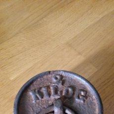Antigüedades: ANTIGUA PESA DE 2 KG. Lote 209623796
