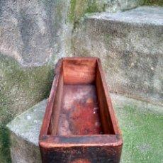 Antigüedades: MUY ANTIGUO CAJÓN PARA MÁQUINA DE COSER - REUTILIZADO - CON MUCHO USO - IDEAL DECO RETRO VINTAGE. Lote 209952698
