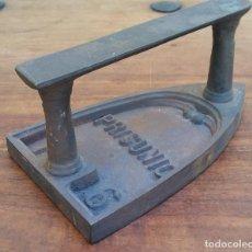 Antigüedades: ANTIGUA PLANCHA DE HIERRO MARCA PRISUNIC, PERFECTO ESTADO. Lote 210003533