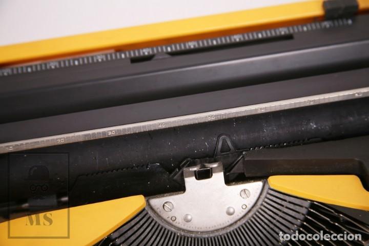 Antigüedades: Máquina de Escribir Olivetti Lettera 12 - Años 80 - Color Amarillo - En Maletín - Restauración - Foto 6 - 210013781