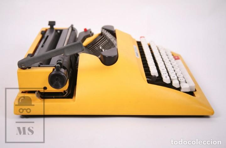 Antigüedades: Máquina de Escribir Olivetti Lettera 12 - Años 80 - Color Amarillo - En Maletín - Restauración - Foto 8 - 210013781