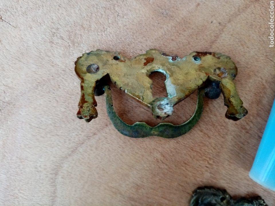 Antigüedades: Antiguos tiradores de bronce con ojo de cerradura - Foto 5 - 210146088