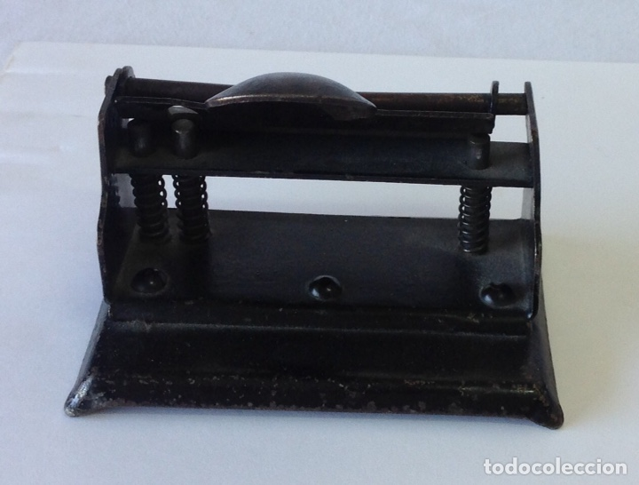 Antigüedades: Perforadora de oficina, dos agujeros. Antigua. 11x7,5x8 cm. - Foto 3 - 210190420