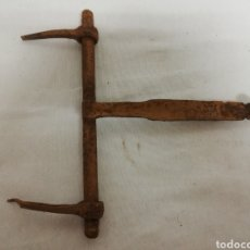 Antigüedades: ANTIGUO CERROJO EN HIERRO. ALDABA. PASADOR. SIGLO XIX.. Lote 224907575