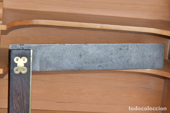 Antigüedades: ESCUADRA DE CARPINTERO DE 30 POR 5,5 LA REGLA Y 19 POR 4,5 EL MANGO QUE PARECE EBANO O NOGAL - Foto 4 - 210399648