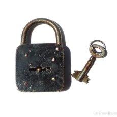 Antigüedades: ANTIGUO CANDADO CON LLAVE HUECA DOBLE CARA. CANDADO 8 CM ALTO.. Lote 210455738