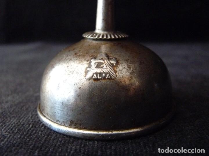 Antigüedades: LOTE DE ALTIGUA BOTELLA DE ACEITE Y ACEITERA MARCA ALFA. MAQUINAS DE COSER. AÑOS 50-60 - Foto 5 - 210648019
