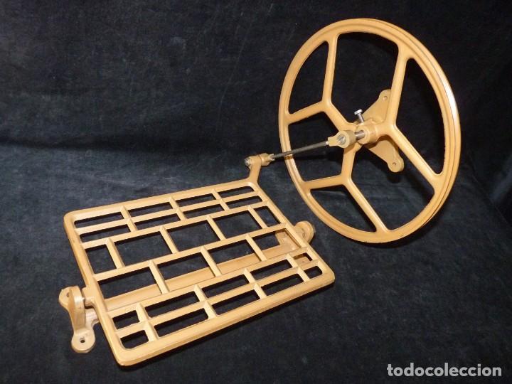 ANTIGUA RUEDA Y PEDAL DE HIERRO DE FUNDICIÓN PARA MÁQUINA DE COSER. AÑOS 40-50 (Antigüedades - Técnicas - Máquinas de Coser Antiguas - Alfa)