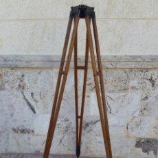Oggetti Antichi: ANTIGUO TRÍPODE EN MADERA PARA TEODOLITO. Lote 210670080