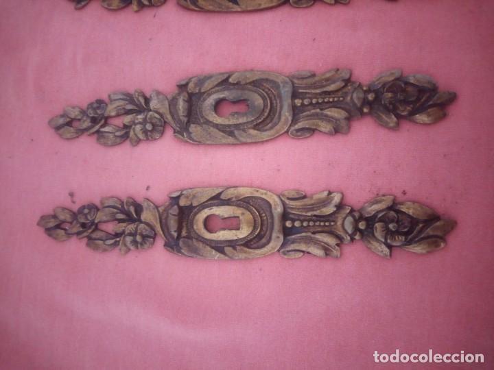 Antigüedades: lote de 4 adornos de bronce para cajones o puertas,hueco cerradura,metal dorado siglo xix. - Foto 3 - 210710529