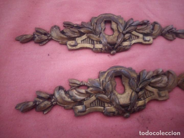 Antigüedades: lote de 2 adornos de bronce para cajones o puertas,hueco cerradura,metal dorado siglo xix. - Foto 3 - 210710554
