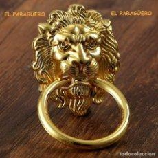 Antigüedades: CABEZA DE LEON PICAPORTE O LLAMADOR DE PUERTA ES DE ORO DE 24 KILATES LAMINADO UNA PRECIOSIDAD. Lote 210798895