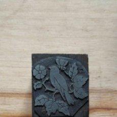 Antigüedades: ANTIGUA PLANCHA DE IMPRENTA, PAJARO, FLORES.. Lote 210812692