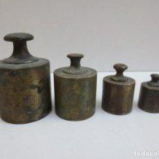 Antigüedades: JUEGO DE 4 PESAS DE LATÓN - 1KG - 500G - 200G Y 100G. Lote 210950749